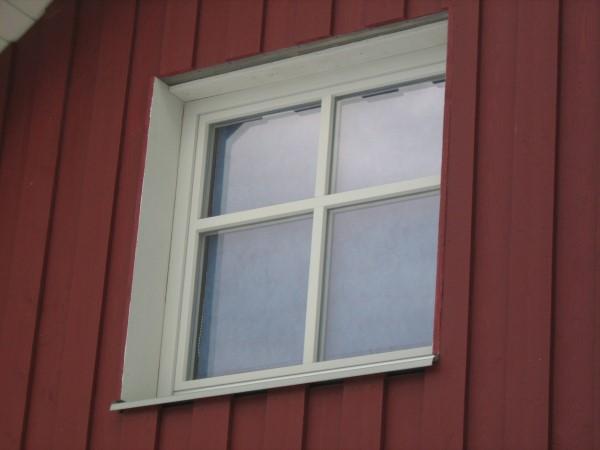Einfassung der Fensterlaibungen und Fensterbank aus Titanzink